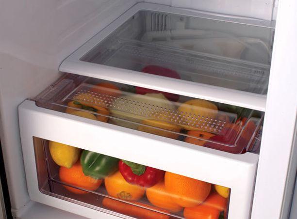 Vihanneslokeron kosteus saa kasvikset helposti homehtumaan, jos ne unohtuvat pitkäksi aikaa jääkaappiin.