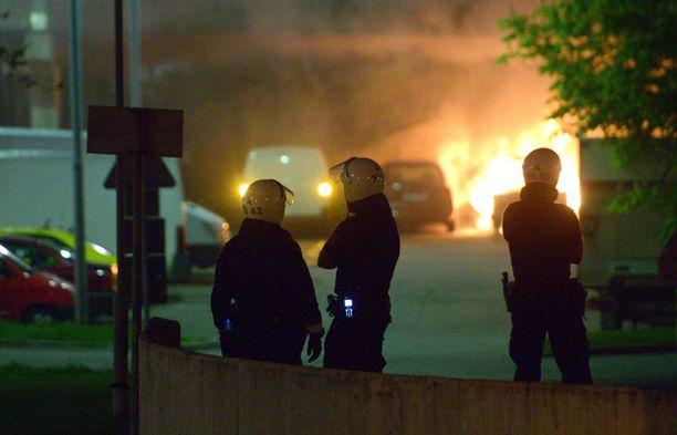 Rinkebyssä poltettiin viime yönä autoja. Arkistokuva Husbyn mellakoista vuodelta 2013.