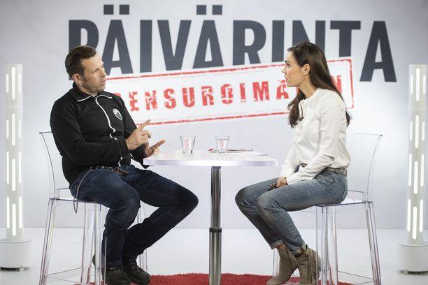 Iltalehden erikoistoimittaja Susanne Päivärinta kysyi Timo Lavikaiselta suoraan, paljonko hän tienaa.