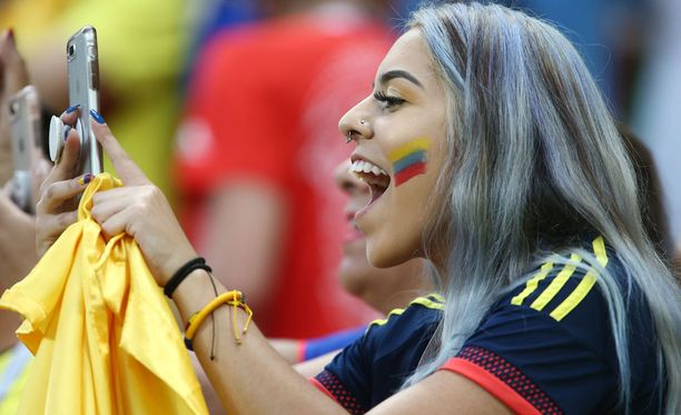 Puhelin on kisaturistille tärkeä asia ulkomailla. Kuvassa Kolumbian kannattaja MM-kisoissa Venäjällä.