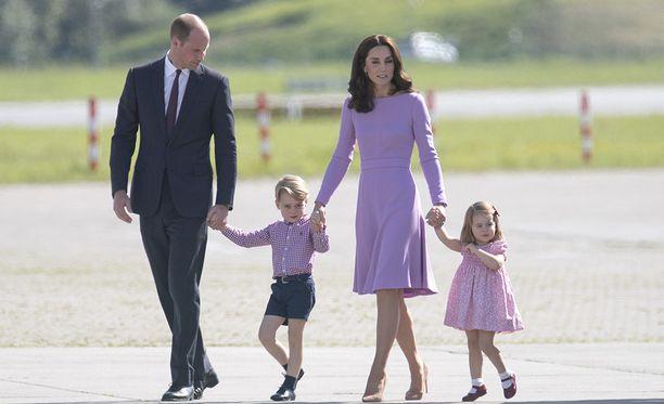 William, George, Kate ja Charlotte viihtyvät usein ulkosalla ulkoleikkien parissa. Tässä kuvassa ollaan tosin lentokentällä.