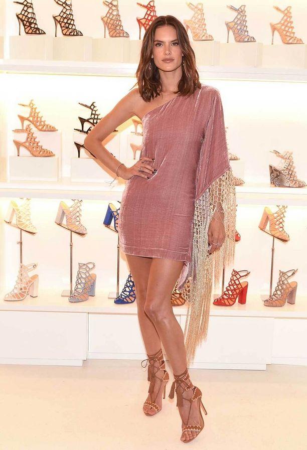 Alessandra Ambrosio poseeraa Schutzin kengissä.