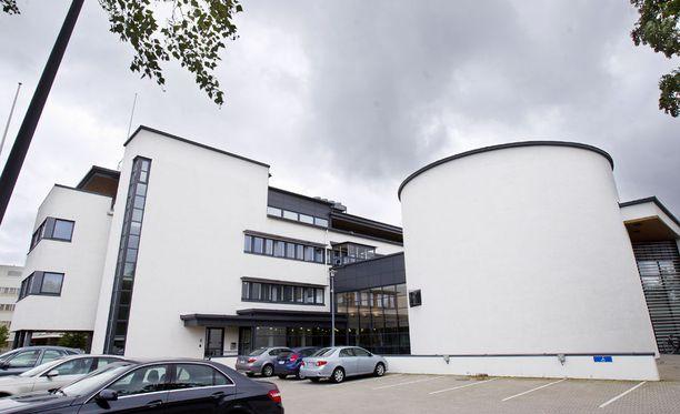 Kemi-Tornion käräjäoikeus käsittelee parhaillaan avolaitosvangin saamaa murhasyytettä. Uhri oli sattumalta kohdannut nuoren vangin.