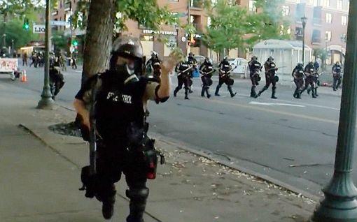 Uutiskuvaajan video kertoo Minneapolisin täydestä sekasorrosta – joutui itse pidätetyksi