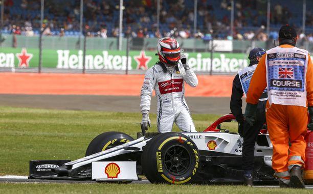 Kimi Räikkönen hyppäsi autostaan voimayksikköön iskeneen vian johdosta.