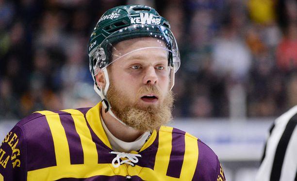 Antti Tyrväinen sanoo kompastuneensa omiin jalkoihinsa väistäessään maalivahtia.