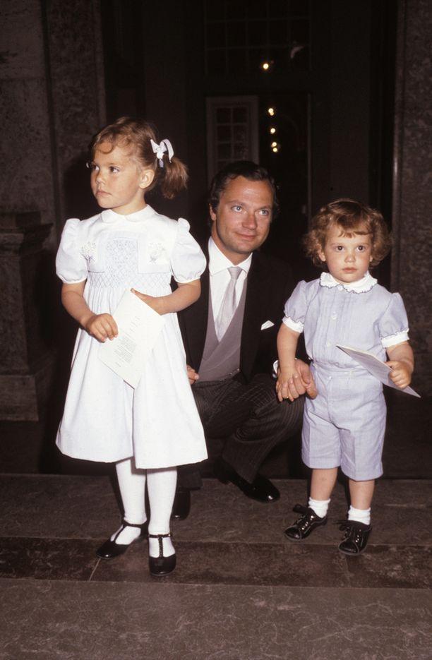 Vuoden 1982 te Deum -jumalanpalveluksessa saparopäinen Victoria nähtiin isänsä ja Carl Philip -veljensä seurassa samassa mekossa kuin Estelle nyt.
