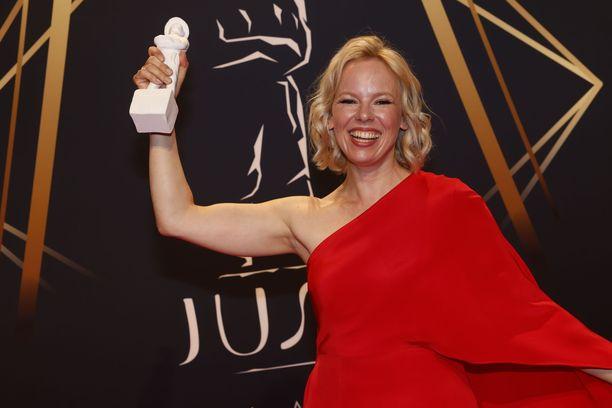 Alma Pöysti kertoi parhaan naisnäyttelijän Jussin saatuaan juhlivansa samppanjalla ja jallulla. Hän aikoi tanssia aamuun asti.