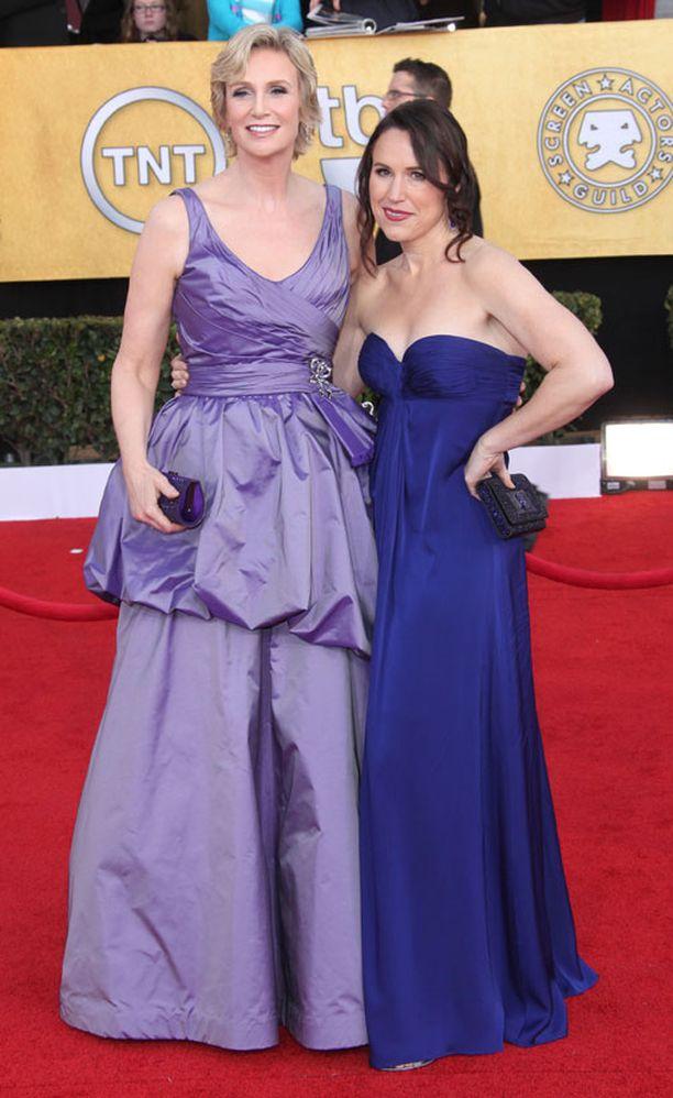 Jane Lynch säteili Screen Actors Guild -gaalassa viime viikonloppuna. Vierellä vaimo Lara Embry.