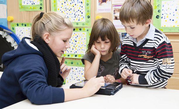 Uutissuomalaisen ja OAJ:n kyselyssä selvisi, että digitaalisten välineiden osalta kouluilla saattaa olla suuriakin eroja. Kuvituskuva.