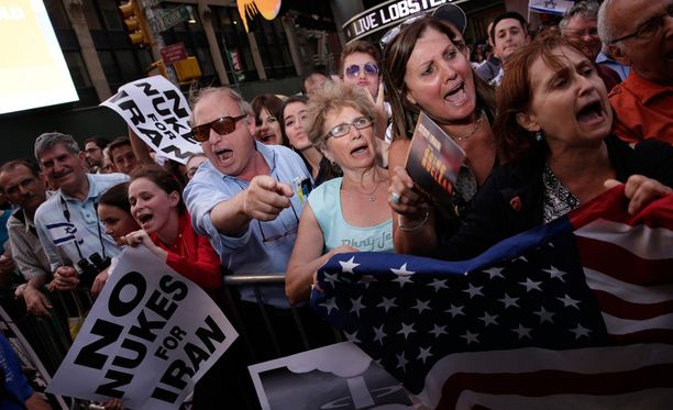 Mielenosoittajat vetosivat päättäjiin Iranin ydinohjelman kaatamiseksi.