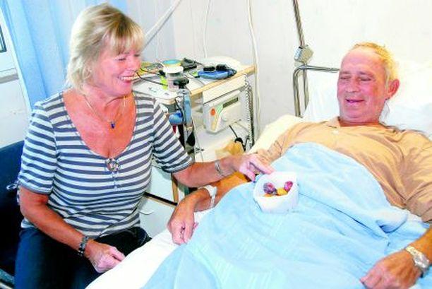 HUOLENPITO LÄHELLÄ Mölli Keinonen sanoo, ettei hänestä ole koskaan ennen pidetty yhtä hyvää huolta kuin nyt. Taija-vaimo toi miehelleen sairaalaan ensimmäiset oman puutarhan luumut.