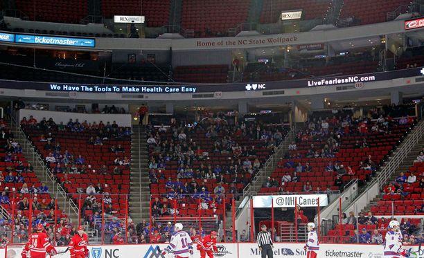 Carolina Hurricanesin kotihalli PNC Arenalle mahtuu kiekko-otteluissa 18 680 katsojaa.