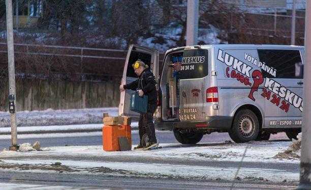 Poliisi kutsui paikalle myös lukkosepän, joka kantoi runsaasti murtovälineitä sisään taloon.