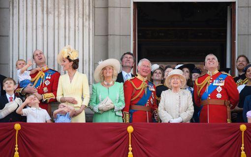 Kuningatar Elisabetin synttäriparaati peruttiin - pettymys Archien vilkutusta odottaneille