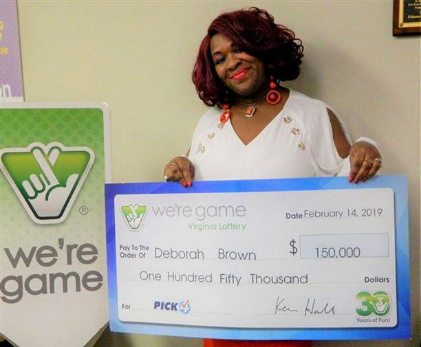 Virginia Brown esitteli voittoshekkiään paikallisen lottofirman tilaisuudessa.