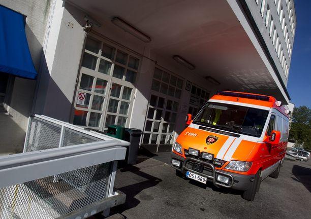Raumalainen nuori mies kiidätettiin ambulanssilla Turkuun tehohoitoon. Kuvituskuva Tyksin ensiapupoliklinikan sisäänkäynnin luota.
