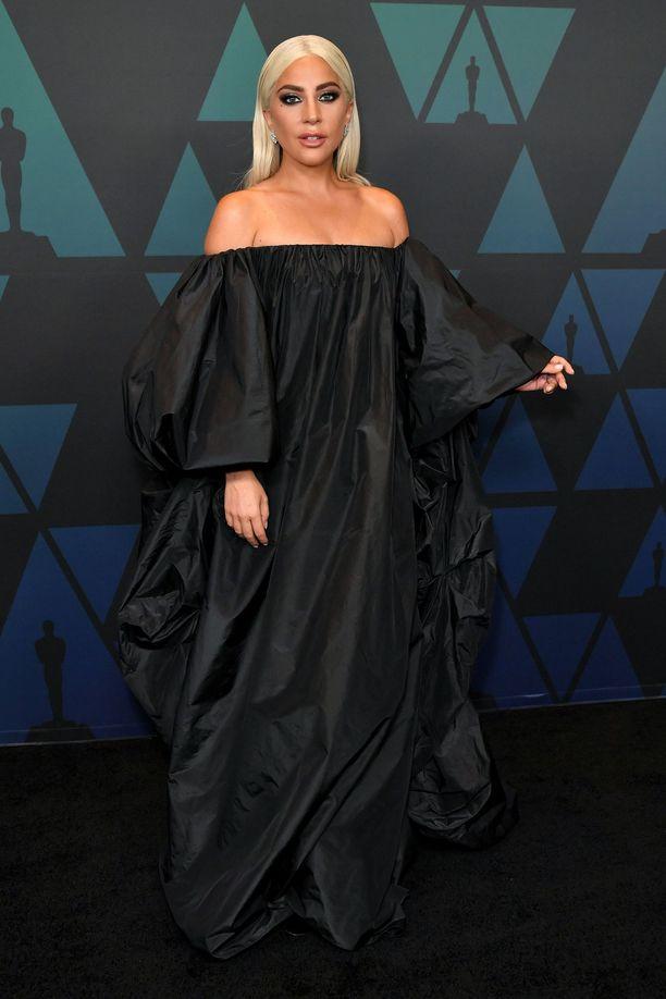 Lady Gaga Valentinon jättimäisessä iltapuvussa.
