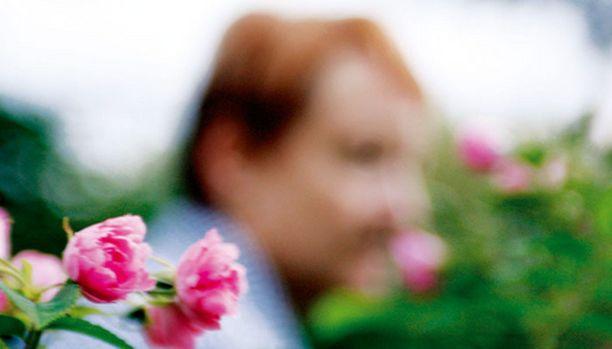 Anna käy terapiassa ja käyttää mielialalääkkeitä, mutta parasta mielenhoitoa on puuhailu puutarhassa. - Murheet unohtuvat, kun työnnän sormet multaan.