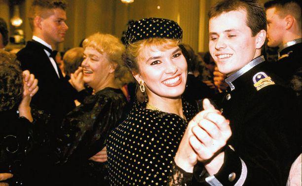 Arja Koriseva asteli vuonna 1990 Linnaan siskonsa ompelemassa juhla-asussa. Siihen kuului myös hattu, joka tehtiin, kun kangasta jäi yli. Linnassa ei ole totuttu näkemään päähineitä.