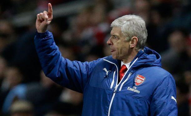 Arsene Wenger hankki puolustajan, joka ei osaa englantia.