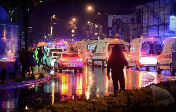 Poliisit ja ambulanssit tukkivat kadut terrori-iskun jälkeen.