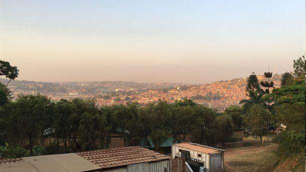 Aamulenkillä Lotta ihaili Kampalan yli siintänyttä maisemaa.