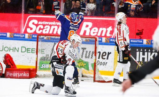 Jukka Peltola tuulettaa Tapparan maalia. JYPin Antti Suomela (numero 14) ja Sami Niku (numero 8) joutuivat taas poistumaan kaukalosta tappio niskassa.