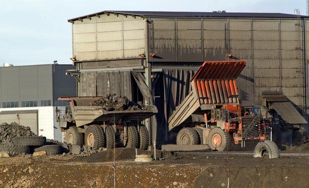 Kiviautot kuljettivat Sotkamon louhokselta kiviainesta murskaamoon lokakuussa 2013.