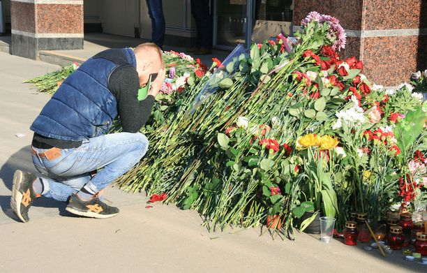 Tiistaina Sennaja Ploshad -metroaseman eteen oli tuotu kukkia ja kynttilöitä.