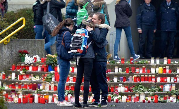 Saksalaiskoulun oppilaat lohduttivat toisiaan. Koulu menetti 16 oppilasta ja kaksi opettajaa.