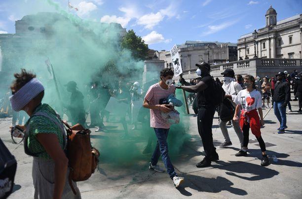 Poliisin päätarkoitus on pitää kaksi mielenosoittajajoukkoa erillä toisistaan.