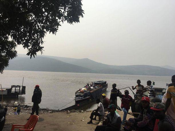 Kongon kauneus lumosi Kellyn. Tässä Edward-järvi, jonka taustalla häämöttää Virunga-vuoret.