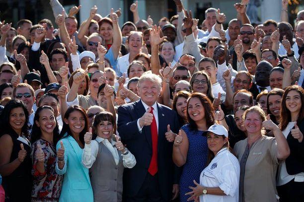 Donald Trump kampanjoi ja tapasi kannattajiaan näyttävästi Floridassa tiistaina.