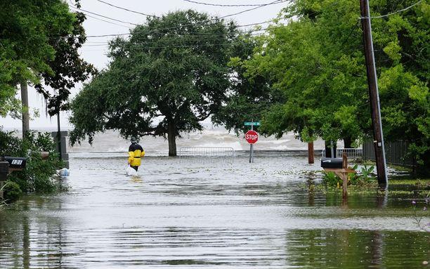 Louisianassa kadut tulvivat jo ennen myrskyn rantautumista.