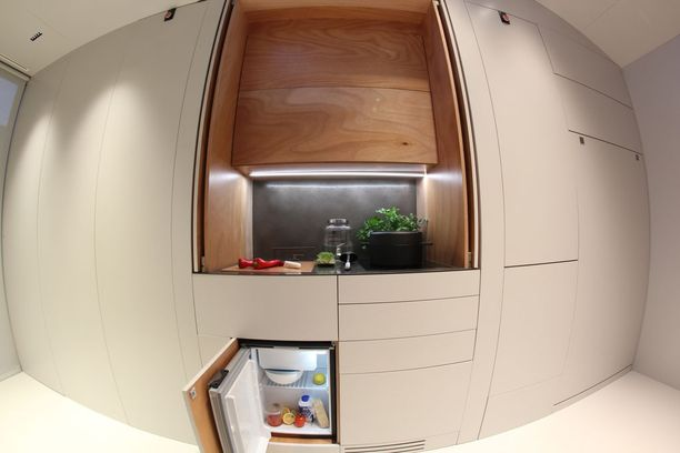 Kaapit sisältävät muun muassa minikokoisen jääkaapin ja roskakorin.
