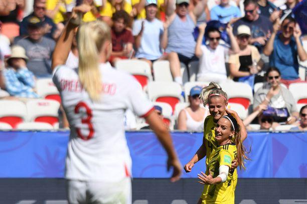 Kosovare Asllani (oikealla alempana) juhli 1–0-maalia Englantia vastaan.