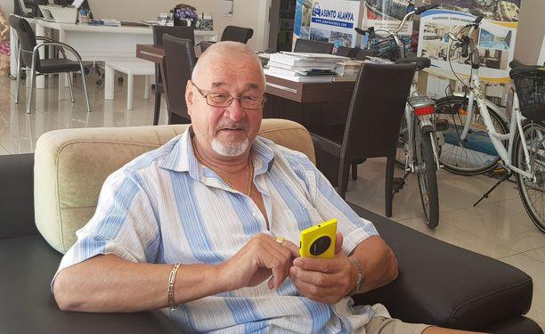 Olli Leinonen liikkuu usein kameran kanssa ympäri Alanyaa. Jos kameraa ei jaksa ottaa mukaan, niin kännykkä käy hätävarakamerasta.