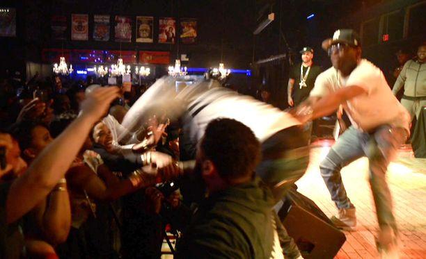 Naisfani sai räppäriltä iskun heti vedettyään tähden pois lavalta.