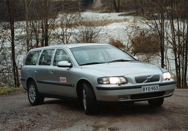 Myytäväksi tarjotuilla toisen sukupolven Volvo V70 -autoilla on ajettu huomattavan paljon. Näiden ikä-Volvojen hinta ei enää tipu tuhansia euroja vaan satasia.