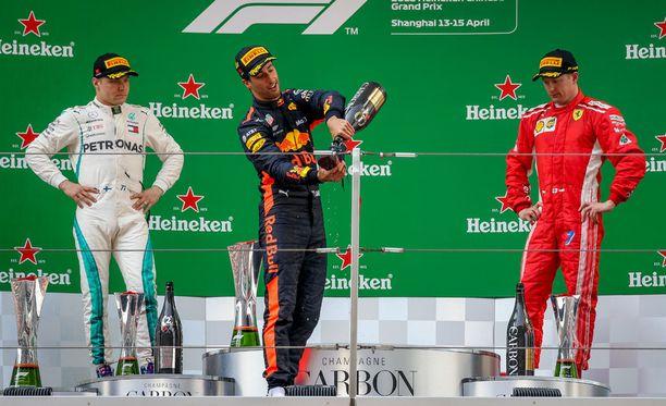 Bottaksen ja Räikkösen eleet olivat monilta osin hyvin samankalaiset, kun Daniel Ricciardo iloitsi voitostaan Kiinan GP:ssä.