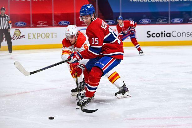 Calgary Flamesin Juuso Välimäki kamppaili Montreal Canadiensin Jesperi Kotkaniemen kanssa.