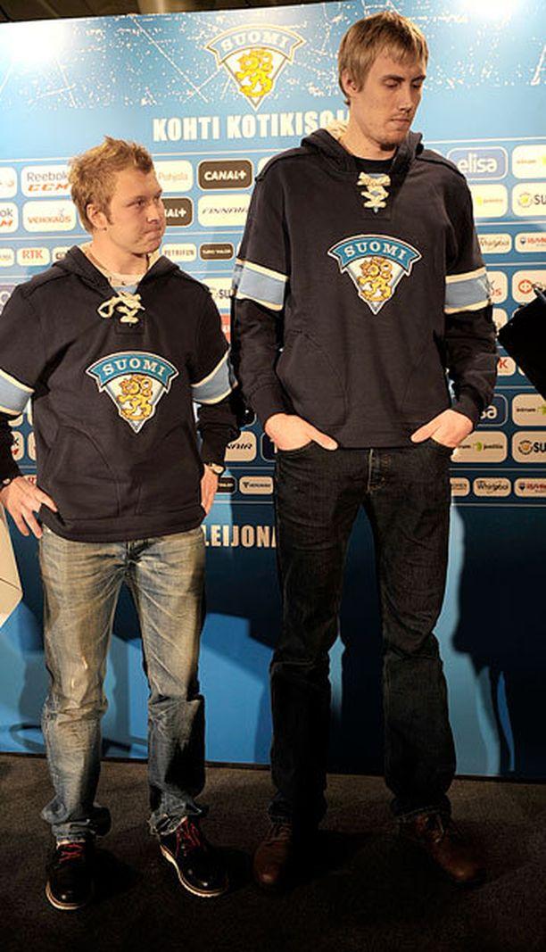 174-senttinen Tuomas Kiiskinen ja 203-senttinen Marko Anttila pelasivat yhdessä Leijonissa joulukuussa 2011.