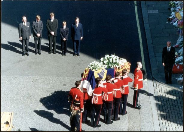 Synkät kuvat Dianan hautajaissaattueesta ovat syöpyneet monen mieliin. Lontoossa järjestettyjä hautajaisia seurasi television välityksellä miljardit ihmiset.