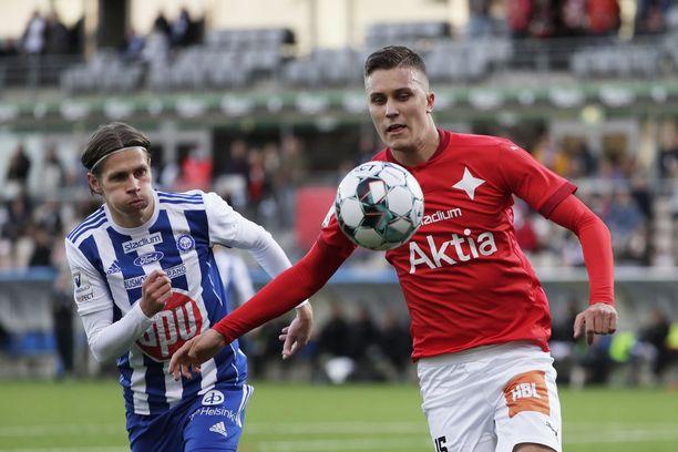 HIFK tienaa tällä kaudella Stadin derbystä huomattavasti vähemmän kuin aikaisemmin. Syyskuussa otetussa kuvassa HIFK:n Eero-Matti Auvinen ja HJK:n Riku Riski.