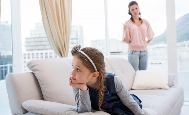 Yritä luoda keskusteleva ilmapiiri, kun lapsesi kiusaa muita.