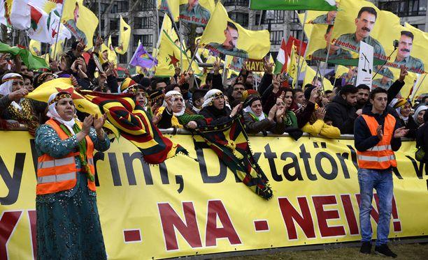 Peräti 30 000 ihmistä osoitti mieltä Turkin presidentti Recep Tayyip Erdogania vastaan Saksan Frankfurtissa lauantaina.