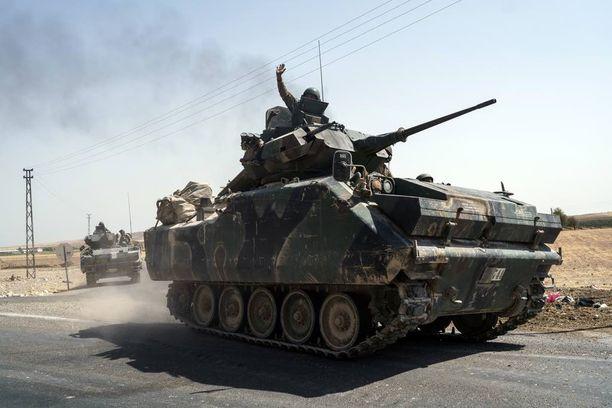 Turkin joukkoja matkalla Syyrian rajalle lauantaina.