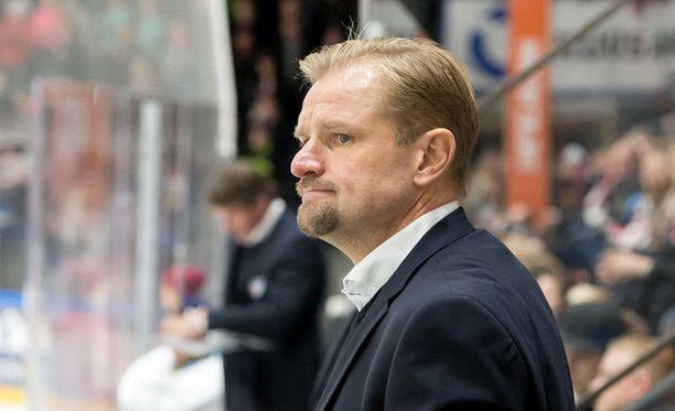 Petri Matikainen joutui Turussa turvautumaan keppeihin.
