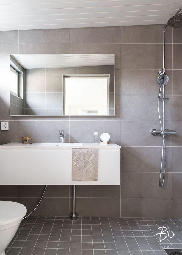 Kodin kylpyhuone eroaa merkittävästi rantasaunan suihkutilan tunnelmasta.